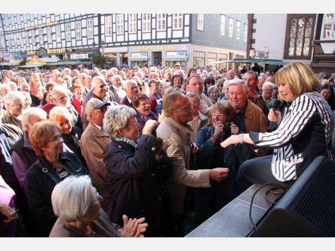 - 1195224696-marry-roos-begeistert-tausende-fans-beim-eulenfest-einbeck-gx34