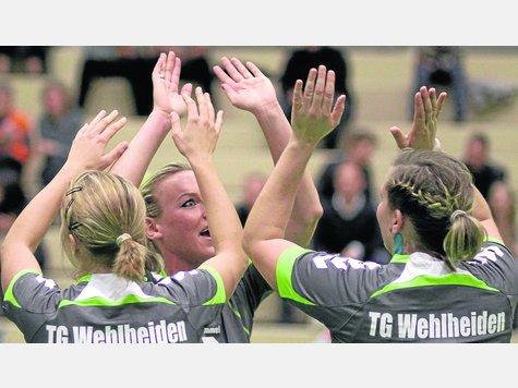 Die Hände zum Himmel: Kim Schröder, Sarah Jakob und Jenny Kotz (von  links) von der TG Wehlheiden streben den nächsten Heimsieg an. Foto:?  Schachtschneider