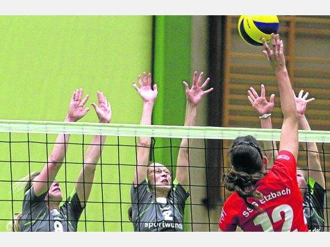 Immer effektiver: Der Wehlheider Block,  hier mit Kim Schröder  (9), Chrisi Sturm (2) und Sarah Jakob (halb  verdeckt) im Spiel gegen  die SSG Etzbach. Foto:?Fischer