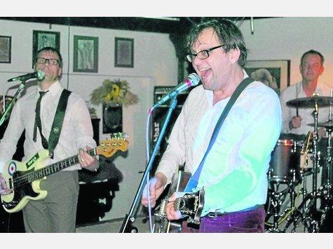 Zurück in die Sechziger Jahre: The Midnigt To Six Men spielten groß auf im Rockkeller Lesch. Foto:Klagholz