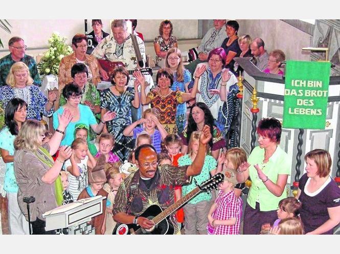 Musik zum Abschlied: Der Amanichor mit seinem Leiter Lee Cosmas Ndeiy sorgte beim Gottesdienst zum Kindergartenabschluss für Stimmung. Fotos:Augustin