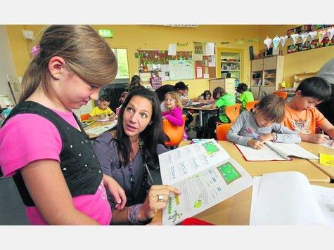 Aufmerksam: Lehrerin Julia Grebe (Zweite von links) widmet sich jedem Kind individuell. Hier erklärt sie der achtjährigen Clara eine Aufgabenstellung im Arbeitsheft. Fotos:Fischer