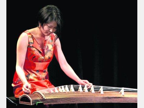 Gezupfte Harmonie: Koto-Spielerin Tomoko Kihara und Charango-Spieler Diego Jascalevich im Schlachthof. Foto:Schachtschneider