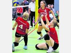Hier war das Netz zu hoch: Die Jahner Volleyballerinnen Alexandra Schwindt (links), Nicole Skwara (Mitte) und Rebecca Hoffmann versuchen, den Ball noch irgendwie zu spielen. Foto: Malmus