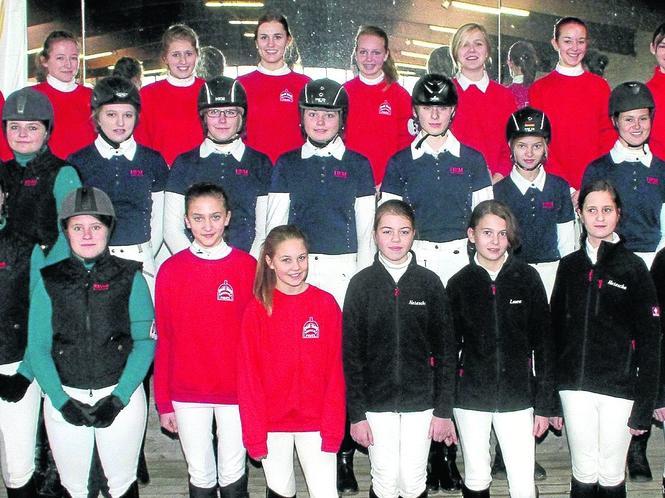 Gruppenbild: Sechs Mannschaften waren beim Schulpferde-Cup-Qualifikationsturnier in Fürstenwald dabei. Foto: zhj