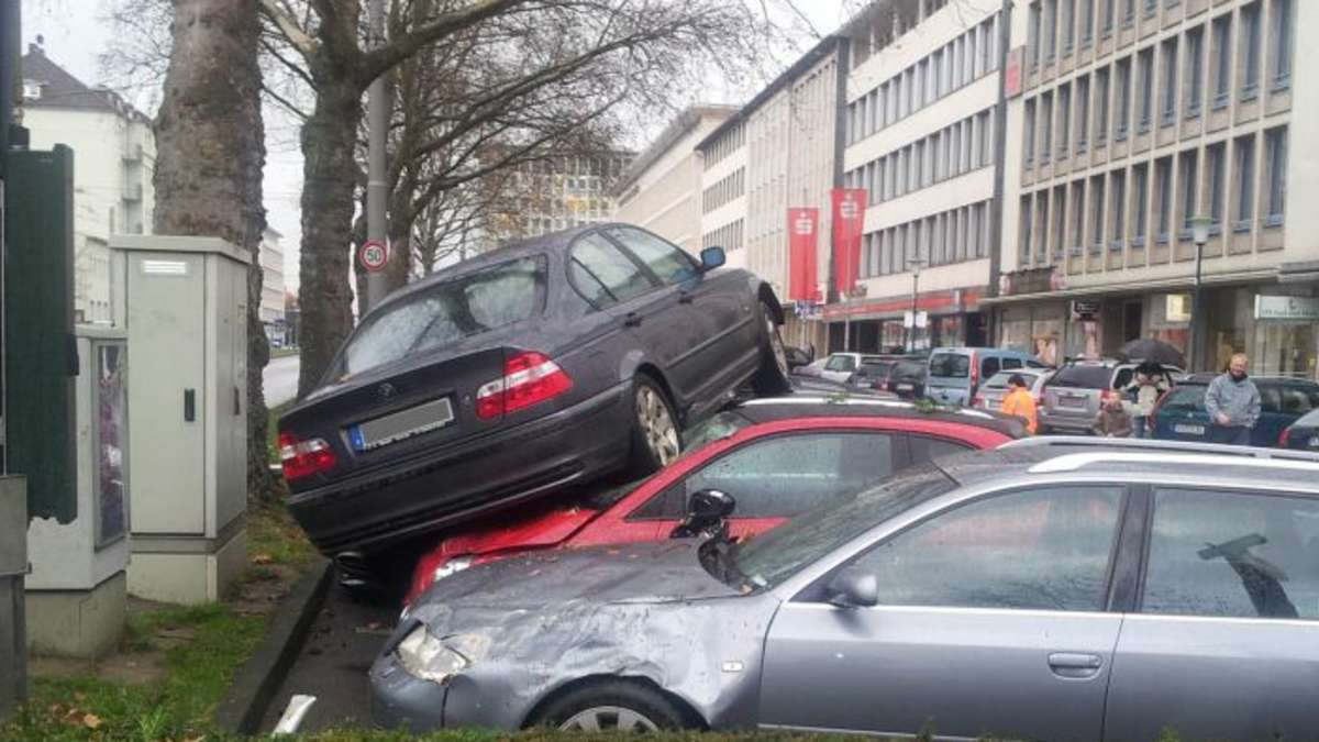 spektakul rer unfall am kasseler st ndeplatz bmw landete auf parkenden autos kassel. Black Bedroom Furniture Sets. Home Design Ideas