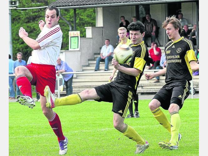 Erste Chance nach wenigen Sekunden: Wildecks Christian Müller (links) verlängert diesen Ball, kann ihn aber nicht im SVA-Kasten unterbringen. Foto:Walger