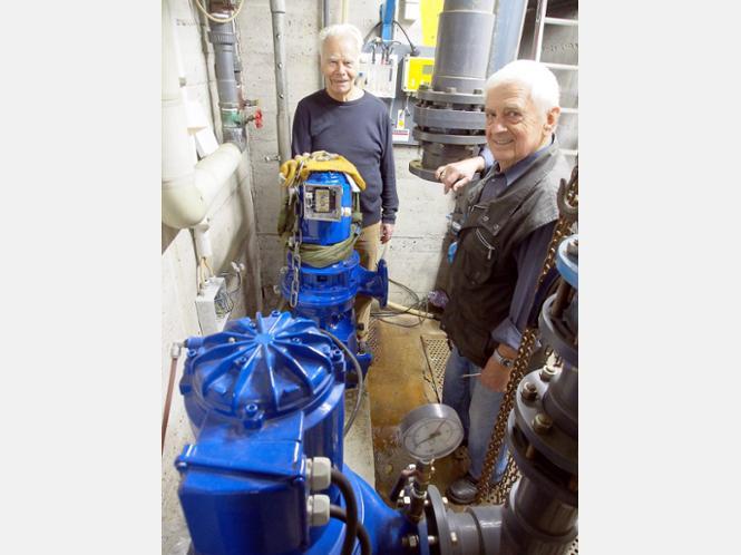 Sorgt für bessere Wasserqualität: Die Förderverein-Vorsitzenden Heinrich Langheim (links) und Eberhard Völkel zeigen die Pumpen des Greener Bads. Eine Fachfirma hat die neue Umwälzpumpe (hinten) eingebaut. Foto:Bertram