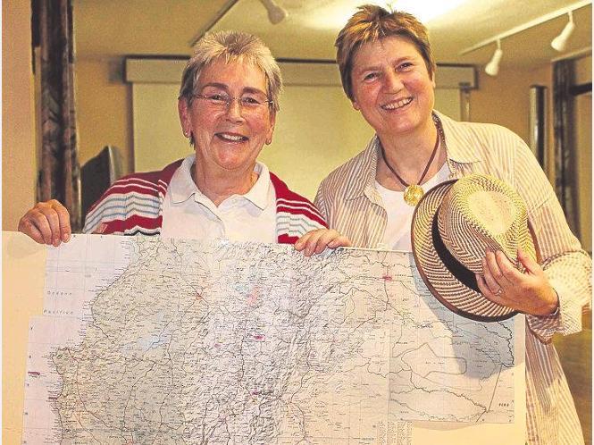 Mit Landkarte und Hut aus Ecuador: Fotografin Ruth Brosche und Andrea Trapp hielten einen Vortrag über Ecuador und die Galapagosinseln. Foto:Kisling