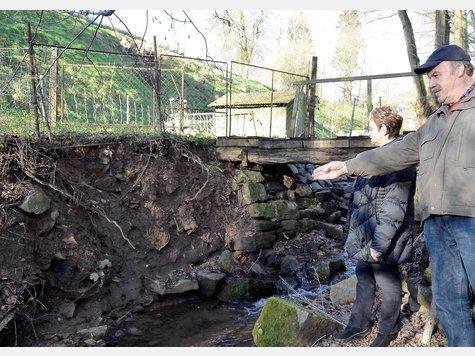 Blankes Ufer: Elvira Mühlhausen und Eckhard Finger zeigen einen Bereich, an dem alle Natursteine entfernt wurden. Fotos: Siebert