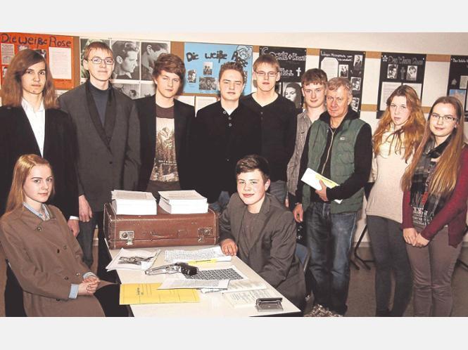 """Die Schauspieler: Die Klasse 10a führte unter Leitung von ihrem Lehrer Martin Zühlsdorf (3. von rechts) ein Theaterstück über die Widerstandsgruppe """"Die weiße Rose"""" auf."""