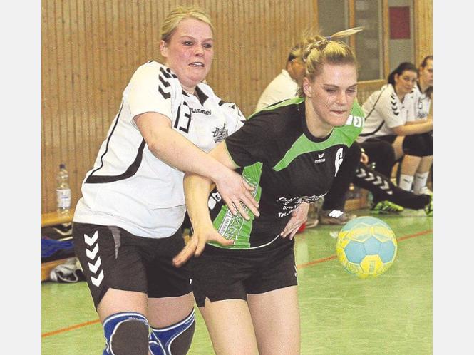 Fünf Tore zum 28. Geburtstag: Rhumetals Annika Spillner (re.) kommt in dieser Szene aber nicht an den Ball, weil sie von Jule Hänsel gestoppt wird. Foto:zel