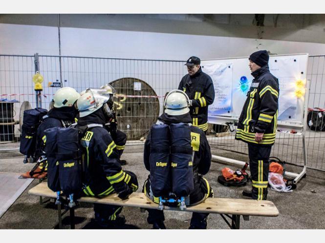 Tunnelübung der Feuerwehren Helsa und Kaufungen auf der A44
