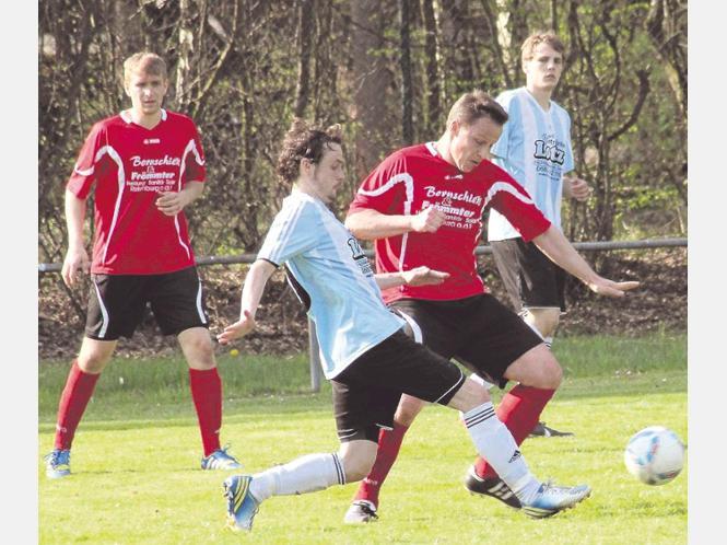 Der Doppeltorschütze im Zweikampf: André Krämer (rotes Trikot) versucht hier den Ball gegen Hönebachs Kai Wollenhaupt zu behaupten. Foto:Kerst