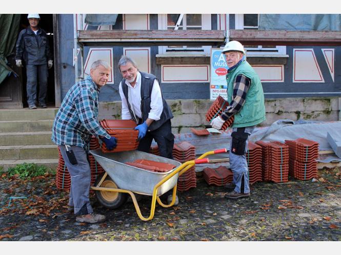Dachziegel-Nachschub: Wilfried Queiser (von links), Jürgen Scholz und Gerd Vogelsang packten auch kräftig mit an.