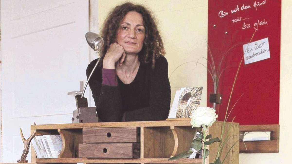 Schreinerin Michaela Lehner macht Möbel aus alten ...