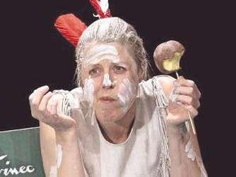 Auch die Mutter wird Indianerin: Szene mit Anna Böger.