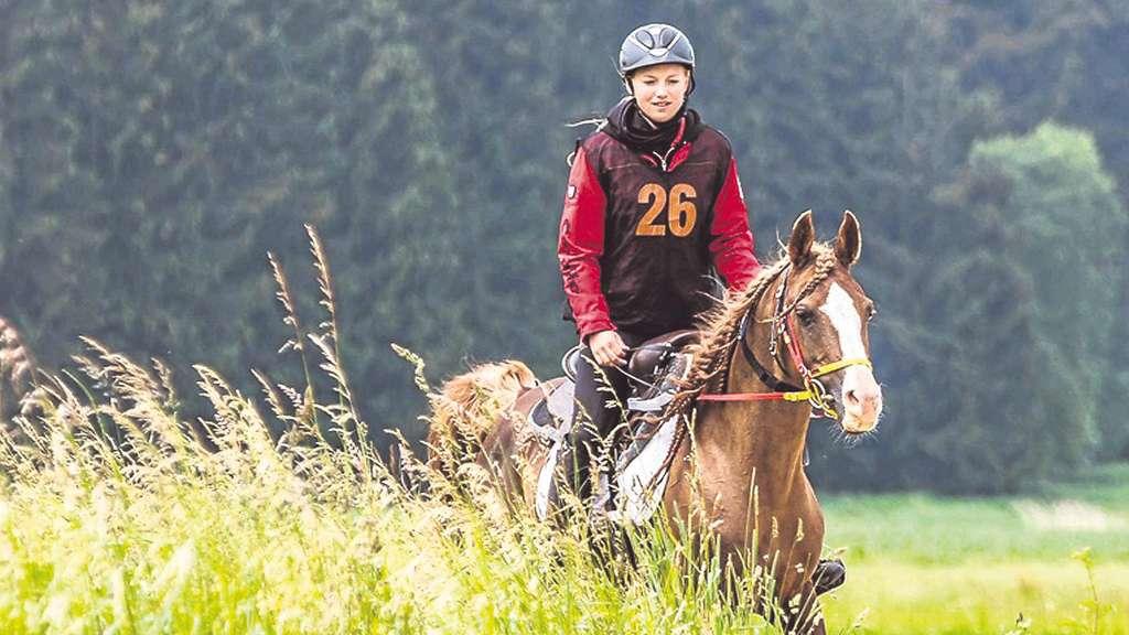 Reiten in der Natur: Anne Wegner und Hengst Tabajan bei der Deutschen Meisterschaft in Illertissen. Foto:Jan Kirschnick/nh