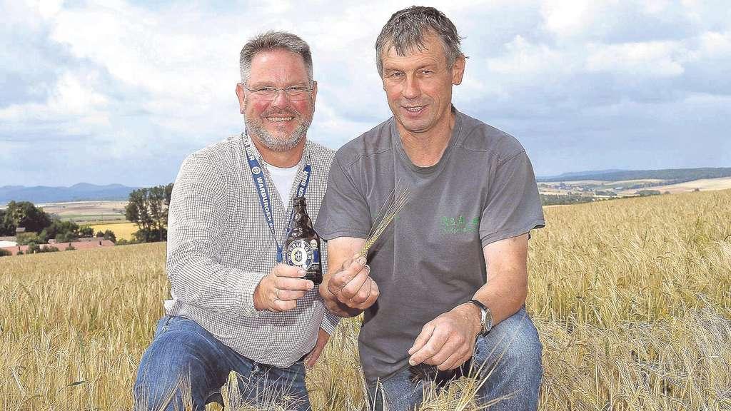 Nach vielen Arbeitsschritten wird aus dieser Gerste Bier: Michael Kohlscheid, Geschäftsführer der Warburger Brauerei (links) und Landwirt Gerhard Austermühle auf einem Feld an Halser Höhe in Grebenstein. Foto: Pflug