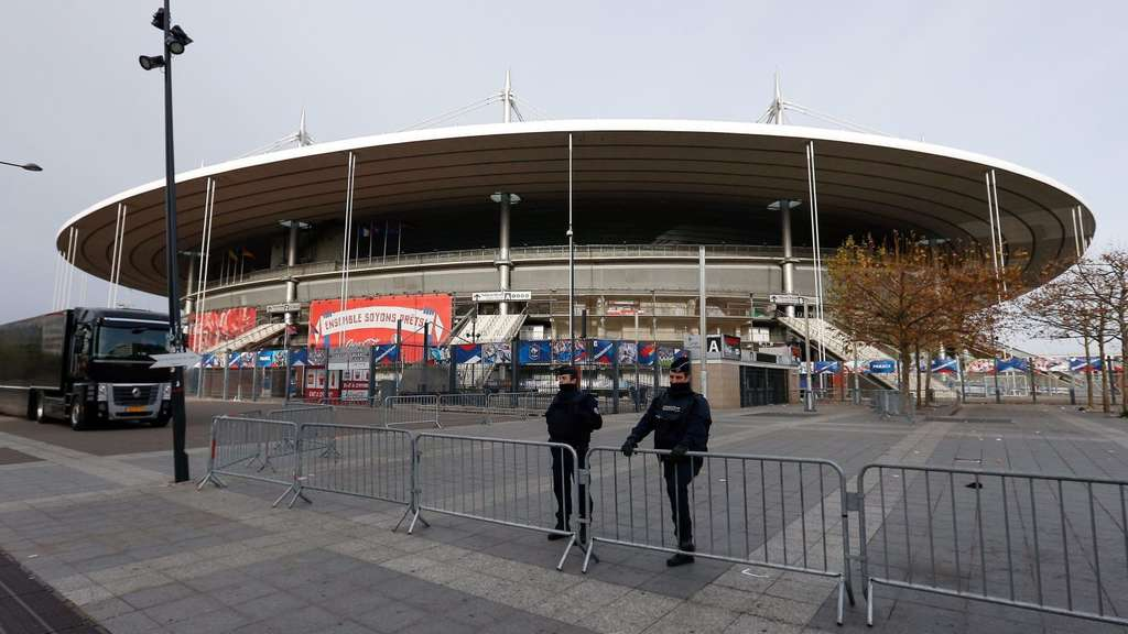 epa05024362 Police stand in front of the Stade de France staidum in Paris, France, 14 November 2015. At least 120 people have been killed in a series of attacks in Paris on 13 November, according to French officials. Eight assailants were killed, seven when they detonated their explosive belts, and one when he was shot by officers, police said. EPA/LAURENT DUBRULE +++(c) dpa - Bildfunk+++