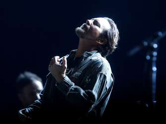 epa05011529 US singer Eddie Vedder of the rock band Pearl Jam performs on stage during their concert as part of the tour &#39Pearl Jam 2015 Latin America Tour&#39 around Latin America, at the Julio Martinez National Stadium in Santiago de Chile, Chile, 04 November 2015. EPA/SEBASTIAN SILVA +++(c) dpa - Bildfunk+++
