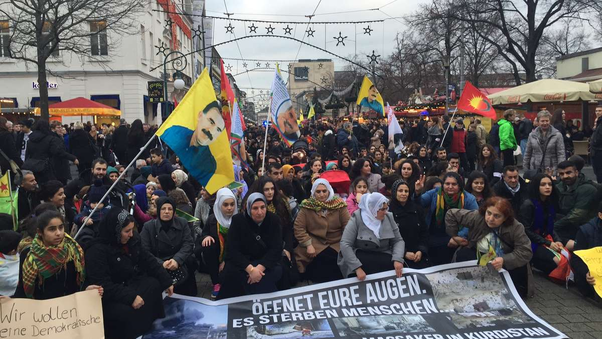 kassel 200 kurden demonstrierten in innenstadt kassel. Black Bedroom Furniture Sets. Home Design Ideas