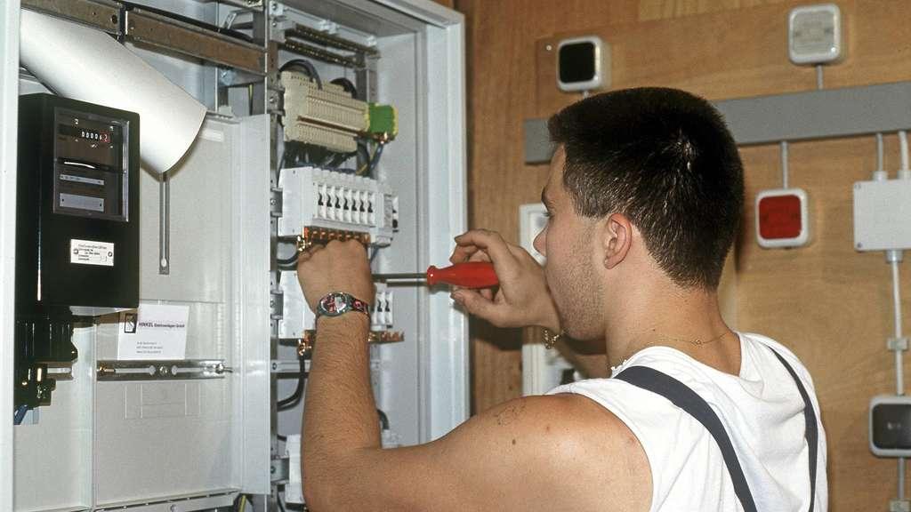 Städtische Werke wollen gegen Stromdiebstahl vorgehen und warnen davor, dass Laien im Sicherungskasten werkeln: Das Agenturfoto zeigt einen Elektroinstallateur bei der Arbeit. Archivfoto: dpa
