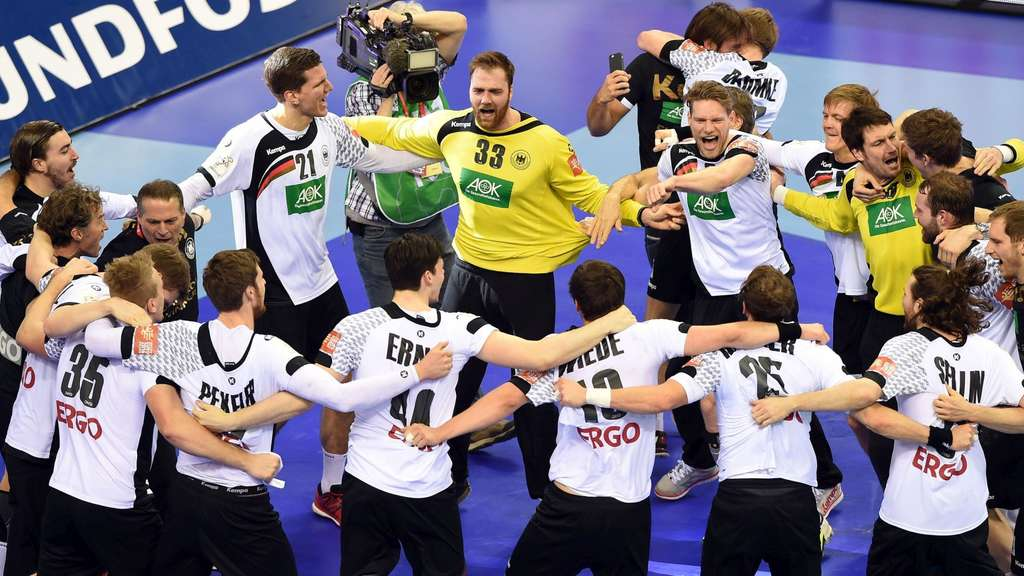Germany&#39s players celebrate after winning the final match of the Men&#39s 2016 EHF European Handball Championship between Germany and Spain in Krakow on January 31, 2016.  Germany won the match 24:17.  / AFP / JANEK SKARZYNSKI