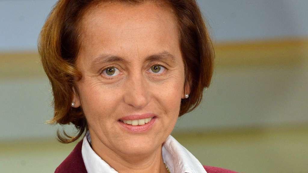 AfD-Politiker in Kassel mit Torten beworfen | Bad Wilhelmshöhe: http://www.hna.de/kassel/bad-wilhelmshoehe-ort183787/afd-politiker-kassel-torten-beworfen-6164428.html