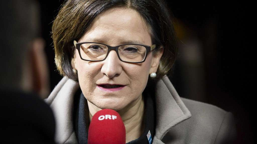 epa05124257 Austria&#39s Interior Minister Johanna Mikl-Leitner speaks to reporters upon arrival prior to a informal meeting of the EU-ministers of Interior and Justice at the Scheepsvaartmuseum (Maritime Museum) in Amsterdam, The Netherlands, 25 January 2016. EPA/BART MAAT +++(c) dpa - Bildfunk+++