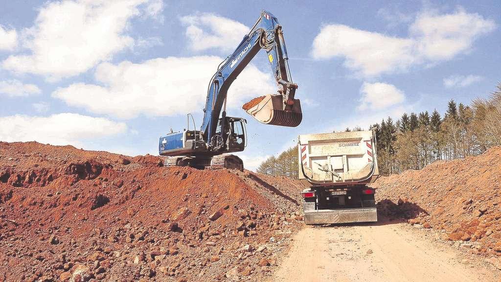 �bersch�ssige Bodenmasse wird von Lkw abtransportiert: Beladen werden die Lastwagen auf der Erddeponie an der A44-Baustelle bei Hessisch Lichtenau. Fotos: M. Konrad