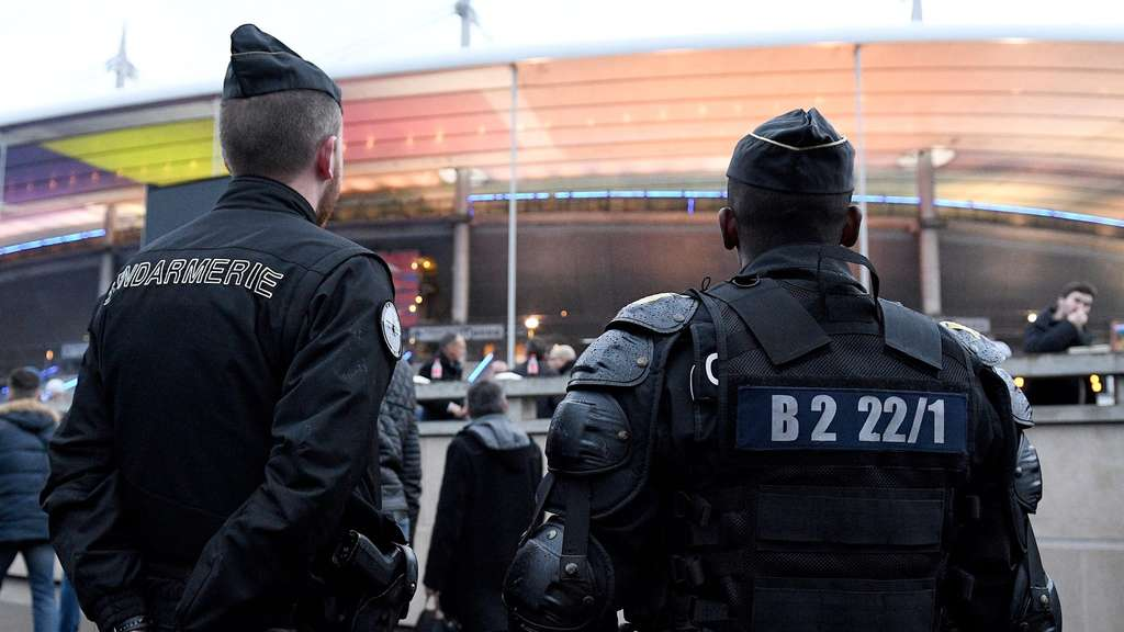 "Polizisten vor dem ""Stade de France"" in Paris."