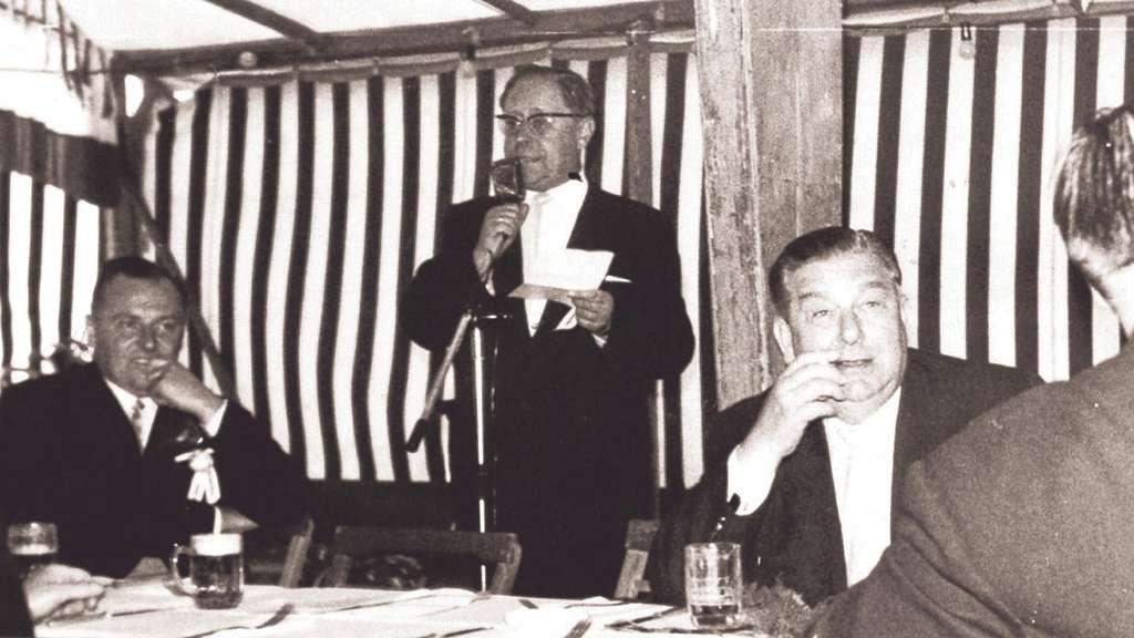 Da waren die M�nner noch unter sich: 1962 fand das Festfr�hst�ck hinter verschlossenem Vorhang statt, am Mikrofon steht der damalige Erntefestpr�sident Joseph Pott (1954-1973). Foto: Stadtarchiv Witzenhausen