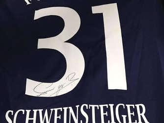 Vielen Dank an das gesamte Team des FC Edermünde für das beflockte Trikot! Wie es sich gehört, schicke ich euch im Gegenzug ein unterzeichnetes DFB-Trikot von mir zurück - das schrieb Bastian Schweinsteiger auf seiner Facebook-Seite.