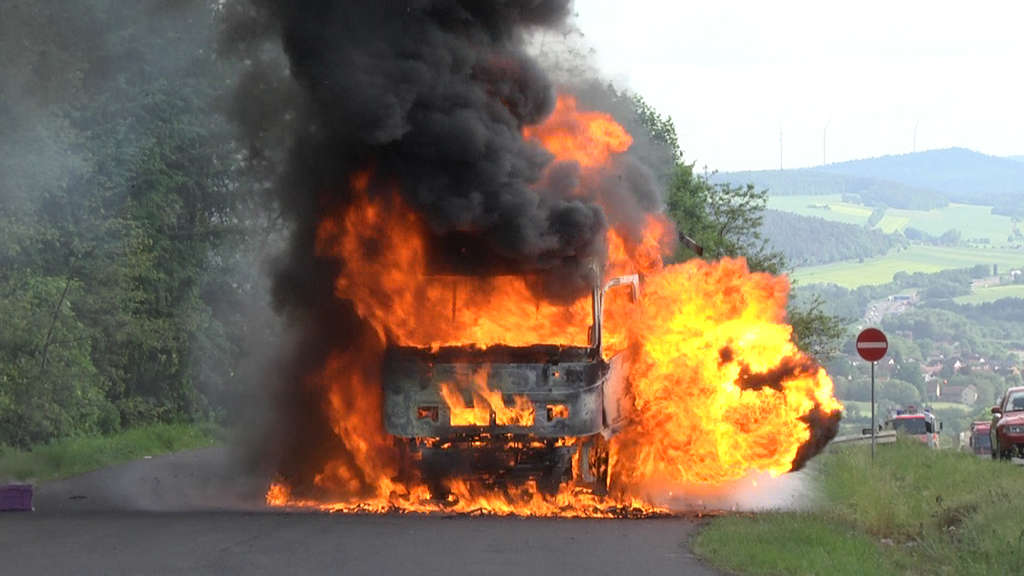 LKW brennt auf A7 komplett ab