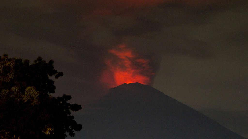 Hohe Rauchsäulen über Vulkan Agung auf Bali