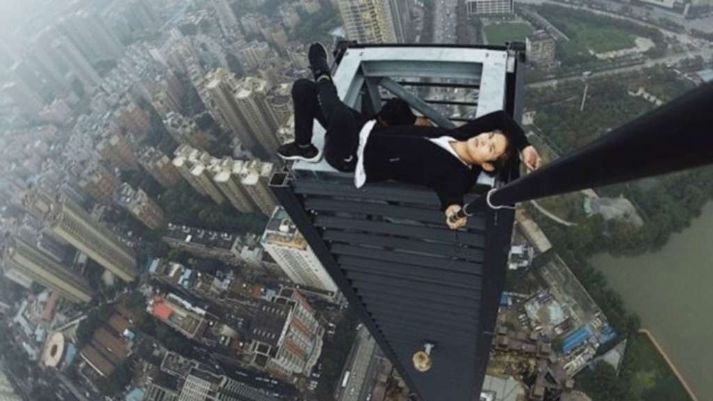 Chinese stürzt bei Selfie in den Tod