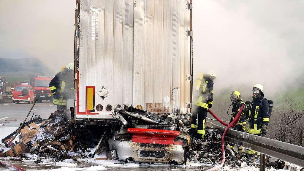 Porsche prallt unter Lkw: Fahrer tödlich verletzt