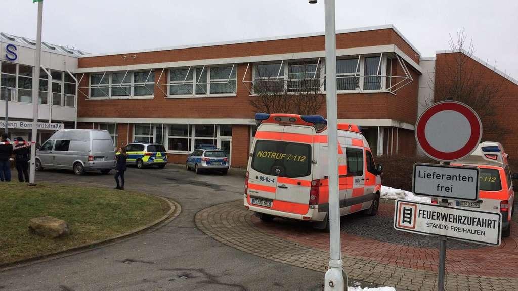 19-Jähriger sticht Ex-Freundin in Schule mit Messer nieder