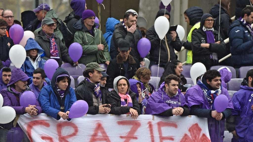 Mannschaft und Fans des AC Florenz huldigten ihrem verstorbenen Kapitän Astori auf besondere Weise