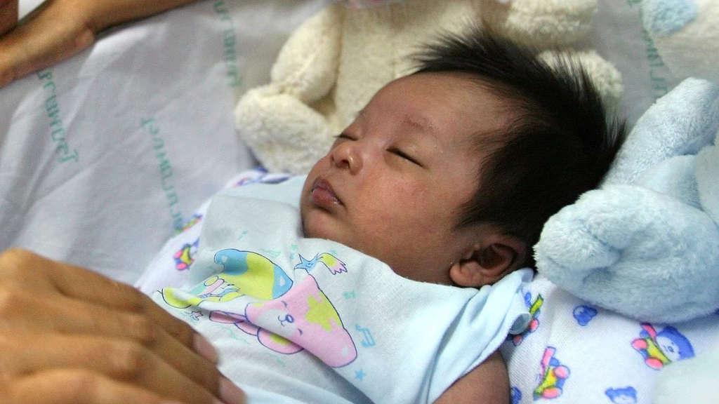 Baby vier Jahre nach Tod seiner Eltern geboren