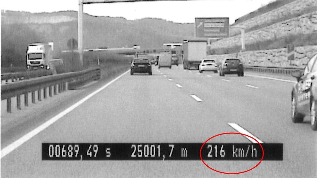 Km/h und Handy am Ohr! Polizei schnappt irren Raser