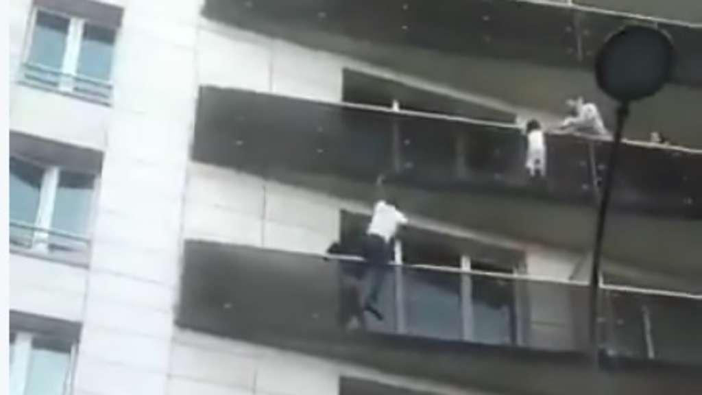 Der Mann kletterte über mehrere Balkons nach oben und rettete den Jungen vom Balkon