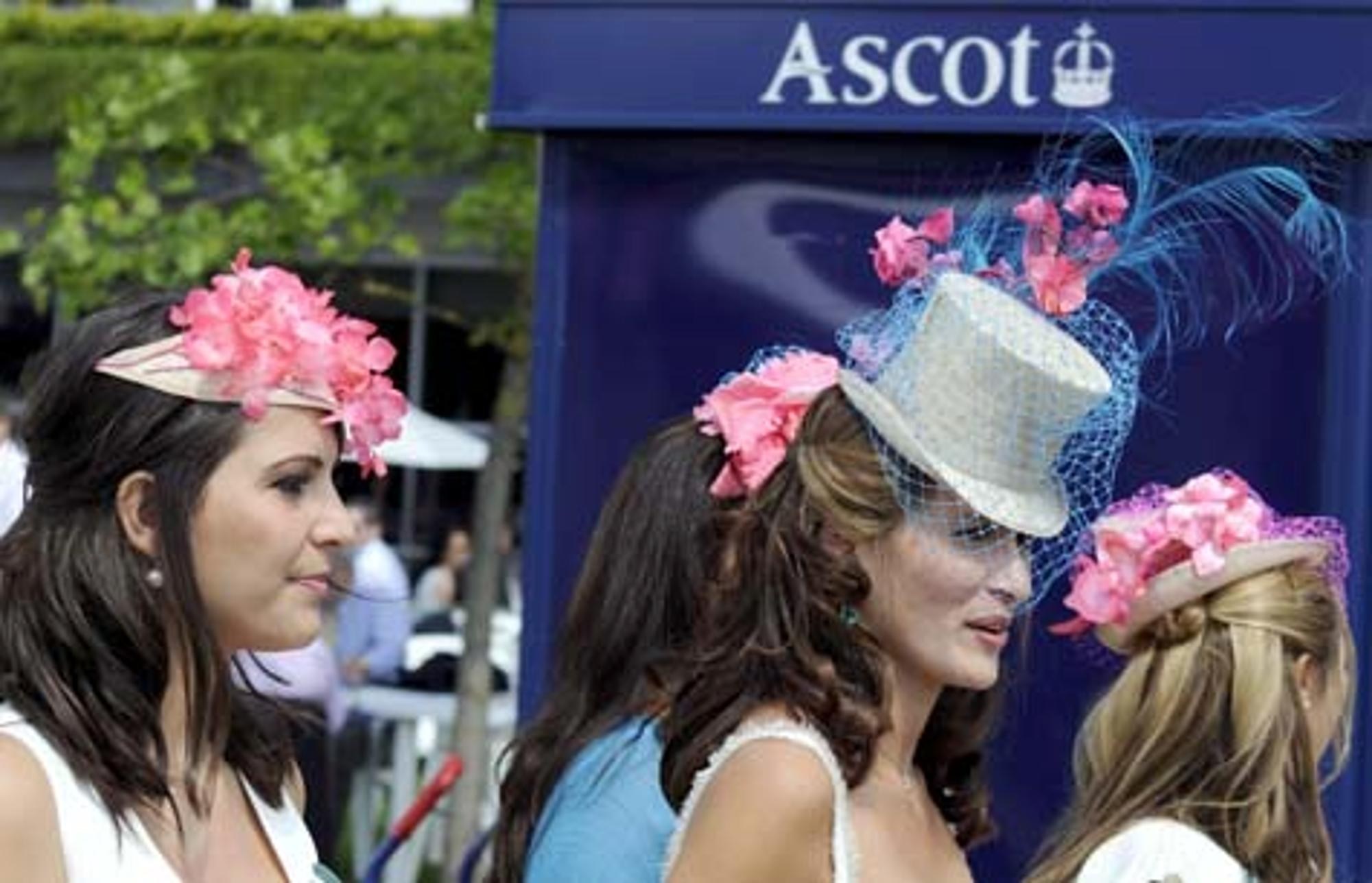 d0b1b460a9d5 Englands Frauen der High-Society tragen beim Pferderennen Royal ...