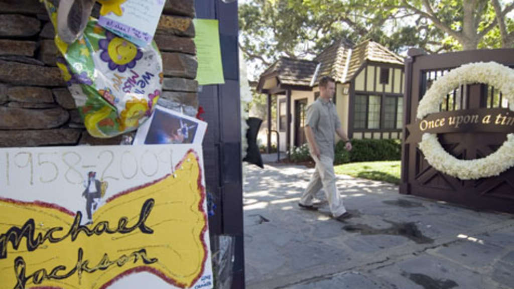 "Trauerbekundungen vor der ""Neverland Ranch"" bei Los Angeles."