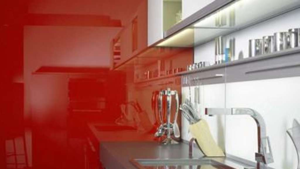 glasfliesen und t ren sind genauso wie gl serne arbeitsplatten schick der werkstoff. Black Bedroom Furniture Sets. Home Design Ideas