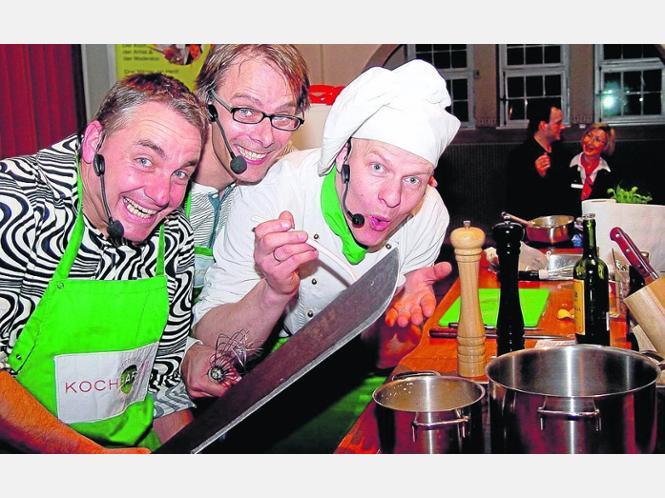 Sie tischten auf: Albert Wittbrock , Björn Sassenroth und Rainer Kunoth (von links) begeisterten das Publikum mit ihrer komödiantischen Koch-Show in der Homberger Stadthalle. Foto:? Ehl-von Unwerth