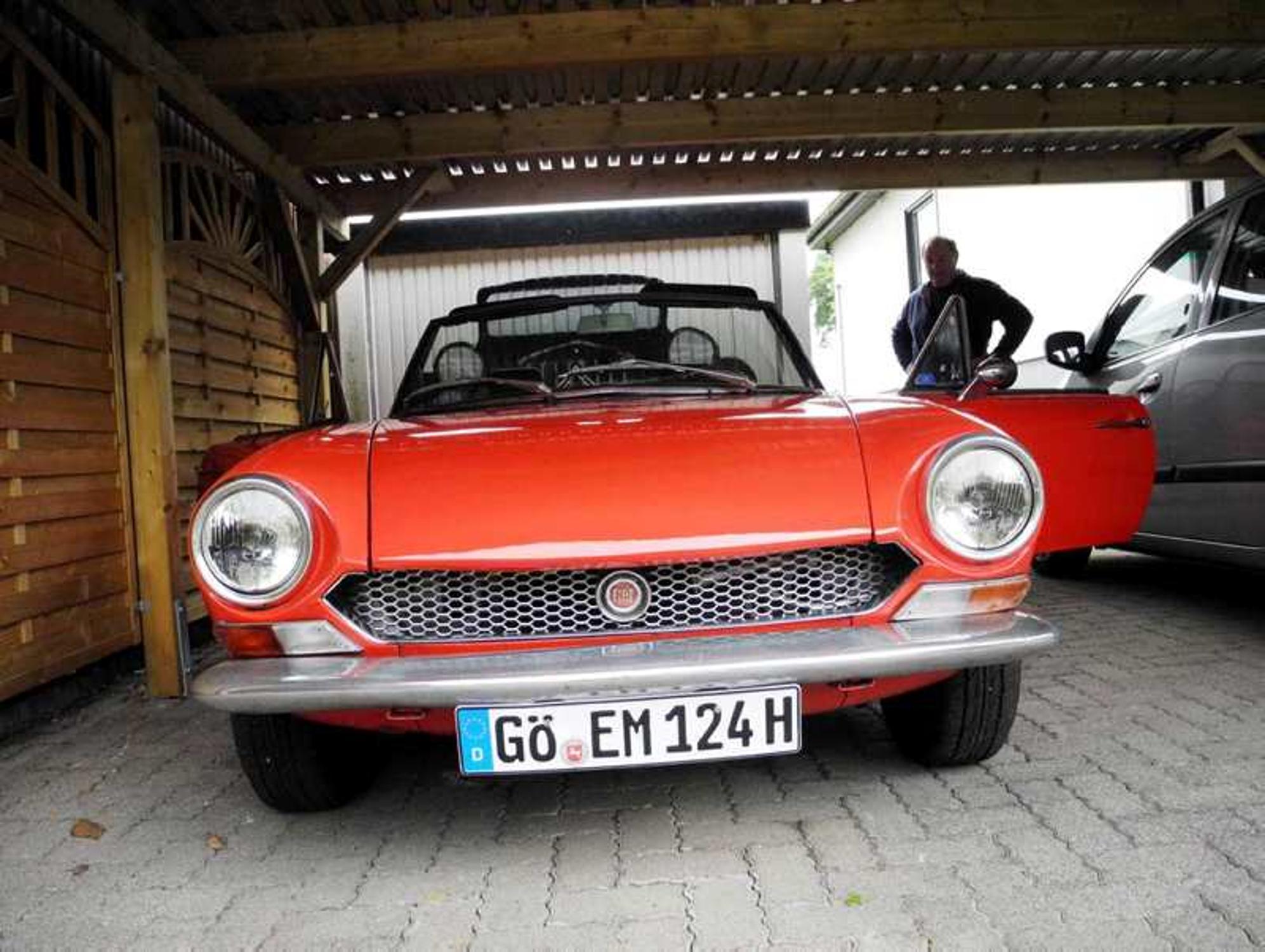 Oldtimerbesitzer Ernst Mller Aus Mielenhausen Pflegt Seinen Fiat 1971 124 Sport Spider