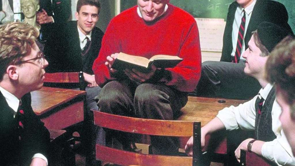 "So einen Lehrer wünschen sich Schüler: Robin Williams (Mitte) als John Keating in Peter Weirs ""Der Club der toten Dichter"" aus dem Jahr 1989. Fotos: Picture-Alliance/nh"