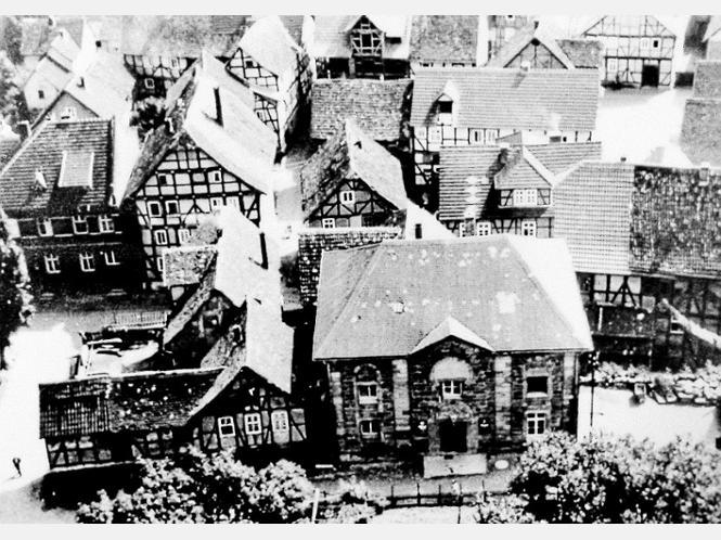 Die Synagoge früher und heute: Das Bild oben war im Stadtarchiv bei einer Schau über das Leben in Felsberg und den Stadtteilen bis 1939 zu sehen und zeigt die noch unverputzte Synagoge, das Bild unten zeigt den Sandsteinbau unter Putz. Fotos:Müller-Neumann/Schaake